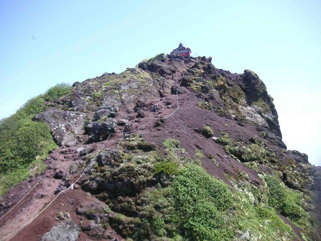 画像: 利尻山頂直下のガレ場