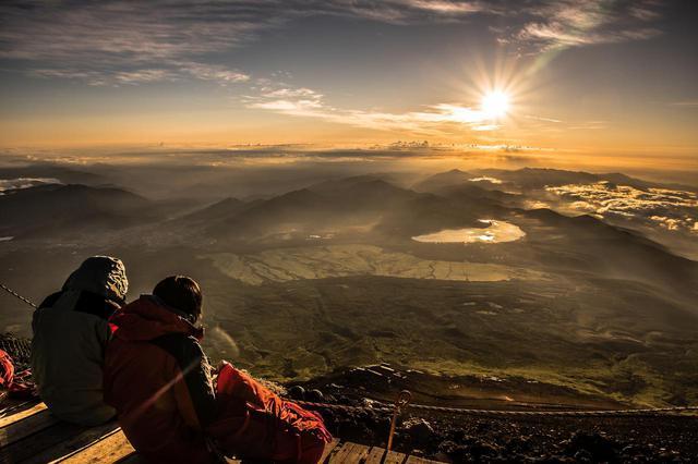 画像: 富士山頂付近から見るご来光
