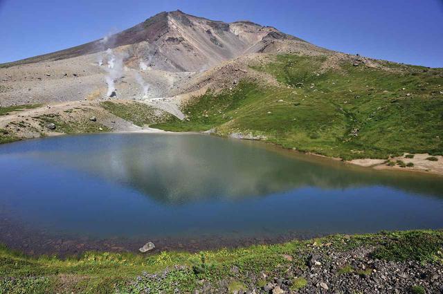 画像: 旭岳と姿見の池