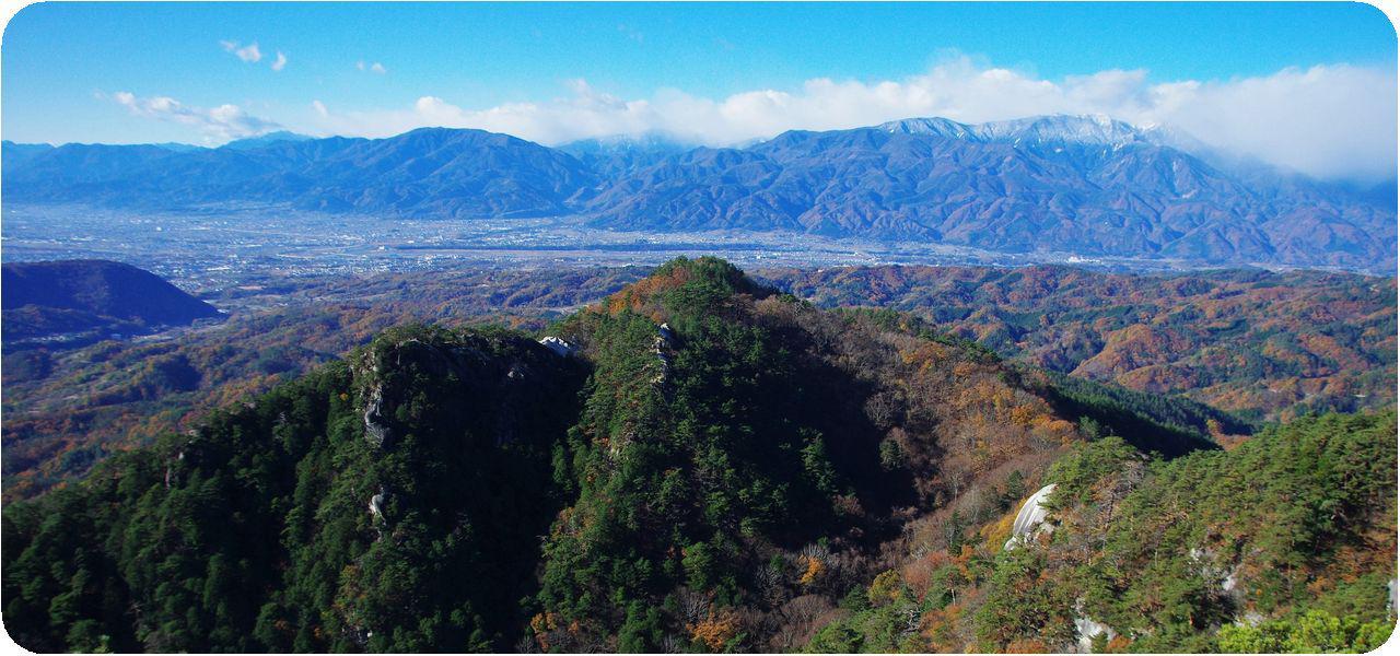 画像: 抜群の展望に恵まれた羅漢寺山。山梨の名峰がズラリと立ち並びます(写真:大内征)