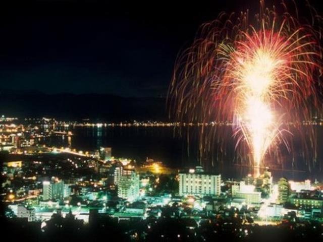 画像: 写真は、諏訪湖の花火大会
