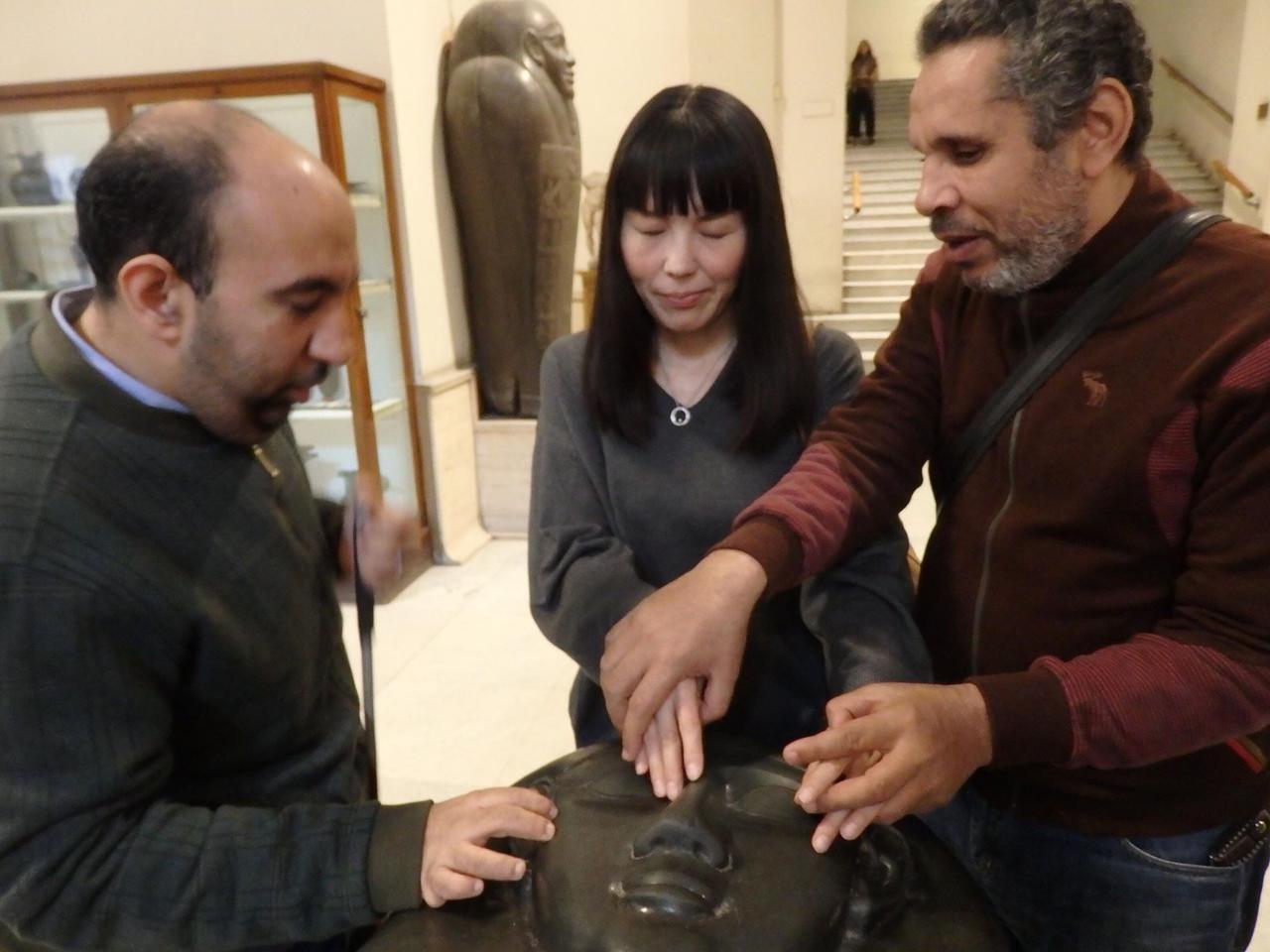 画像: カイロの考古学博物館には視覚障がい者専任ガイドがいて、特別に石棺を触れさせてくれます。