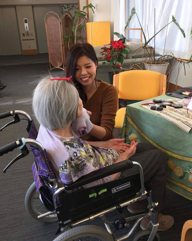 画像: 要介護高齢の患者様にメイクを施す猪俣亜海先生