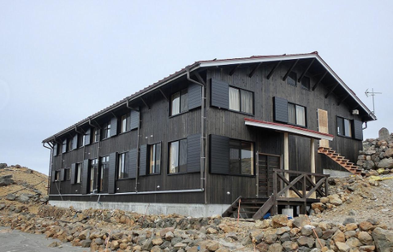 画像: 装いも新たに2019年にリニューアルしたばかりの二ノ池山荘に貸切宿泊