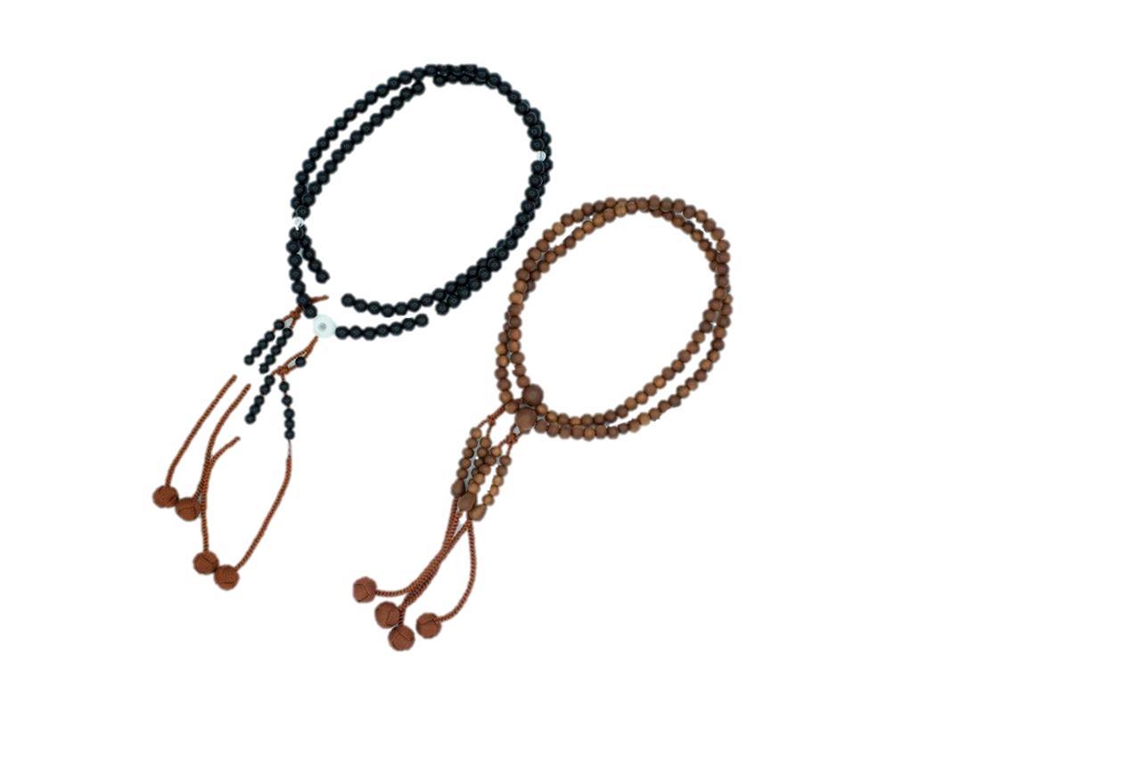 画像: 4番(左):数珠B(プラスチック製)/3番(右):数珠A(梅の木製)