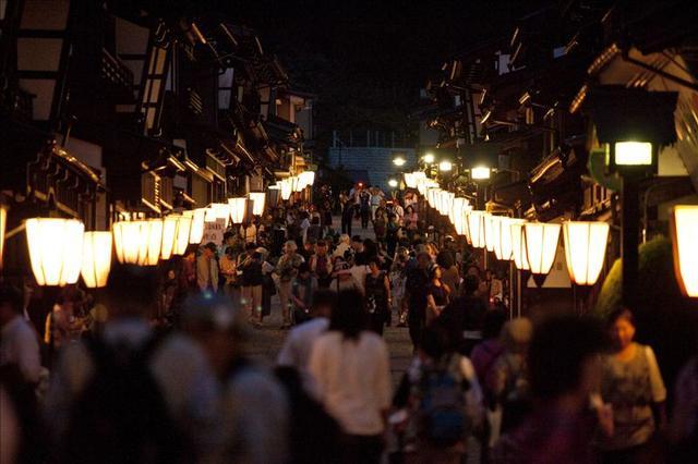 画像: 昔ながらの町家や土蔵が並ぶ越中八尾の街並みもみどころのひとつです。