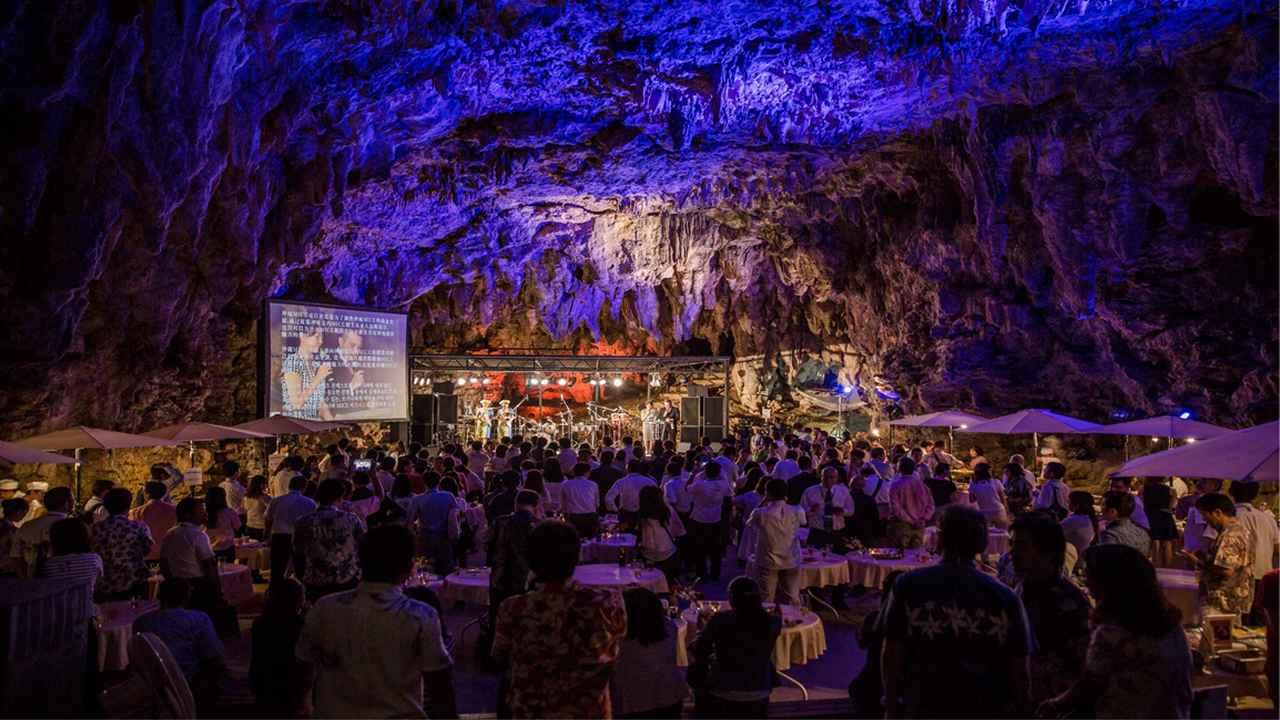 画像: 鍾乳洞の中の「ケイブカフェ」で行われる「クラブツーリズム音楽祭」