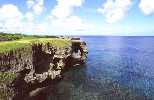 画像: ダイナミックな景観と透明度の高い海が見られる沖縄本島屈指の景勝地・万座毛(まんざもう)
