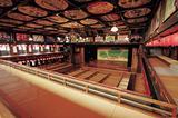 画像: 八千代座 昔ながらの芝居小屋。映画の撮影に使われることも。 鮮やかな天井絵は昔から続くお店の広告です。 舞台裏や、奈落の底の見学もできます。