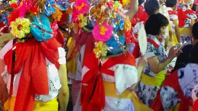 画像: 正装のハネトたち:きらびやかな花笠をつけています