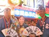 画像: 受賞式で花束を受けた、ねぶた制作者の北村麻子さん(写真中心)