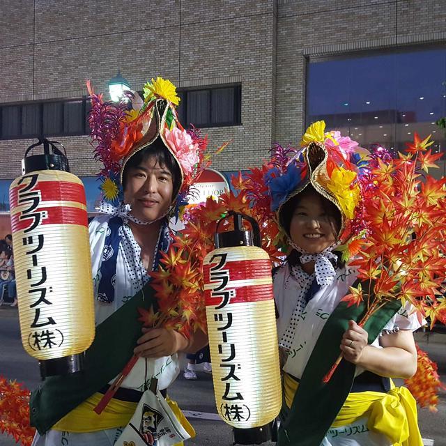 画像: クラブツーリズムの社員も、ねぶた作品のテーマ『紅葉狩』にちなんだ紅葉を持って、ねぶたの先導役を担当しました