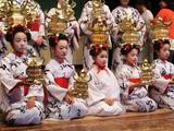 画像: 芝居小屋「八千代座」で「花わらべ」公演を鑑賞