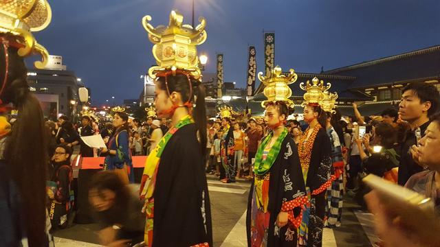 画像: 山鹿灯籠と寛斎さんファッションを融合させた衣装をまとうモデルさんたち。国籍は様々だそうです。