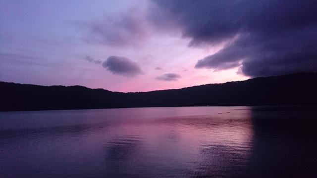 画像: 夕焼けに染まる十和田湖(9月16日撮影)