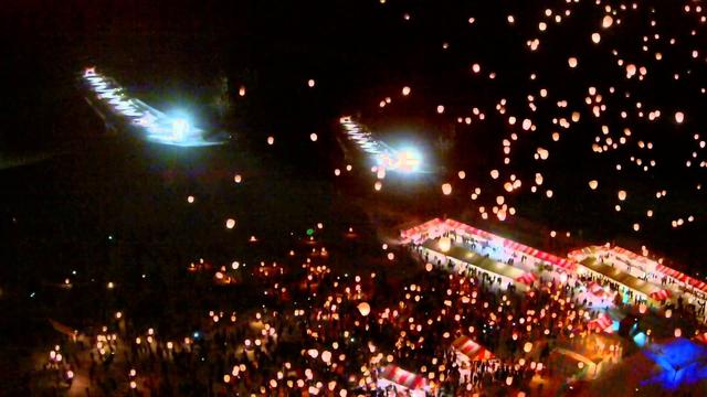 画像: 津南町主催の雪まつりで実施せれた約1000個のスカイランタン打ち上げの様子(*クラブツーリズム貸切イベントの様子ではございません) www.youtube.com