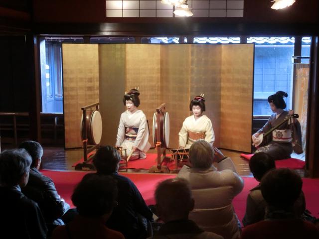 画像: 芸妓さんの舞やお太鼓など、クラブツーリズム貸切でのお座敷体験イベントの様子
