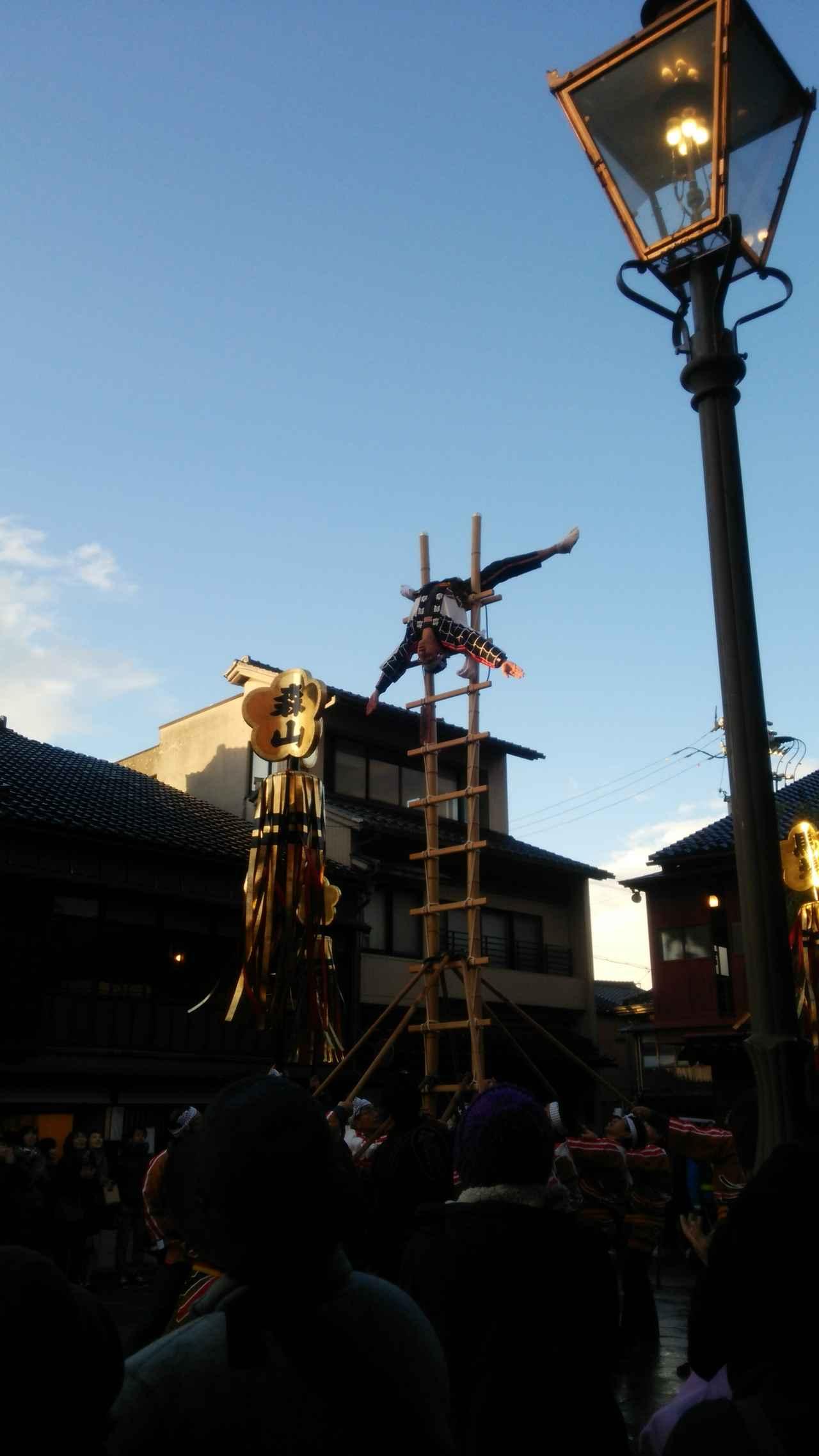 画像: 石川伝統芸能「加賀鳶」を披露(ひがし茶屋街メインストリートのひろみにて)