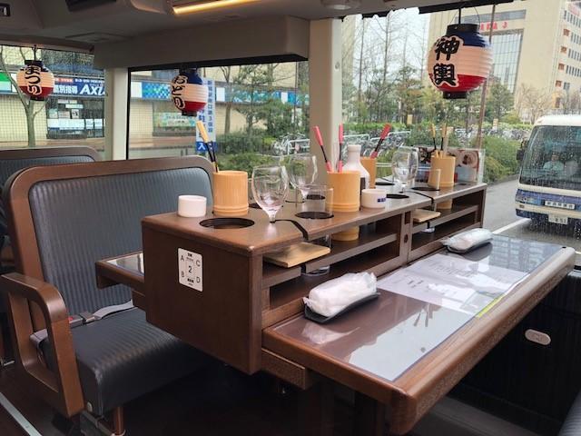 画像: レストランバス車内の様子。飲み物のグラスなどが倒れないように工夫されています