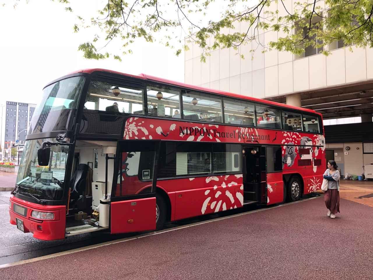 画像: 大きな窓、オープンルーフ、赤い車体が特徴の「レストランバス」