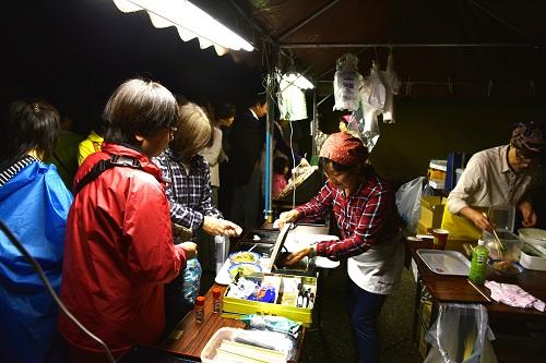 画像: 地元のお土産や食を楽しめるマルシェでお買い物(復原町並みにて)