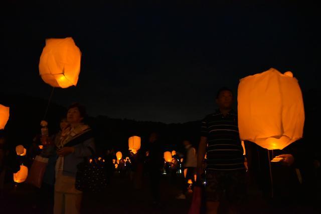 画像: LEDライトが幻想的に浮かび上がる星空ランタンの様子