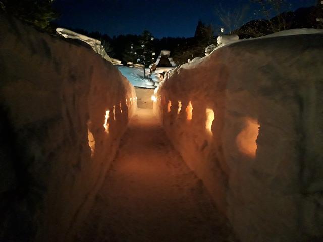 画像: ロウソクの火が幻想的な灯の回廊の様子(積雪状況により変わります)