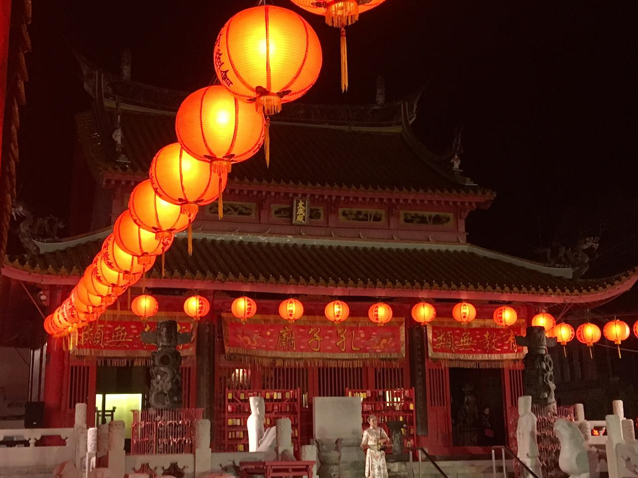 画像: 二胡(中国の伝統的な擦弦楽器の一種)の演奏