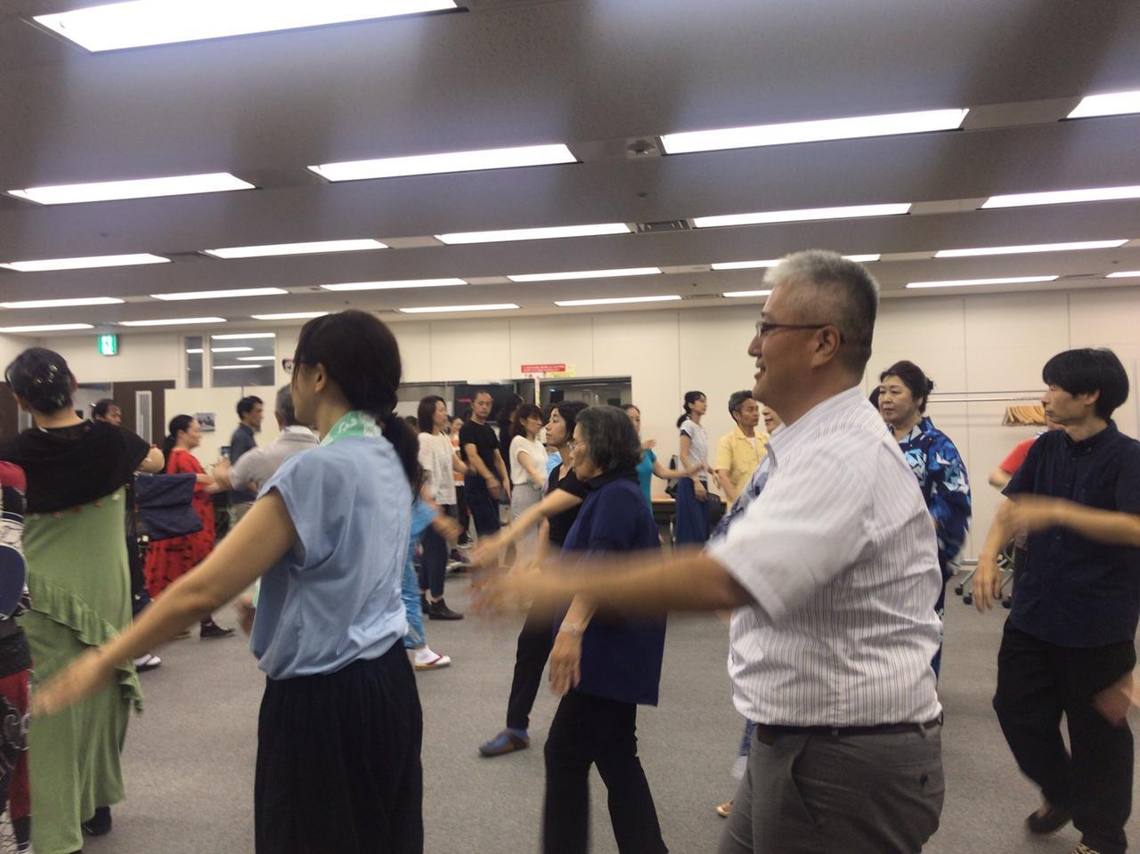 画像: 皆様、輪になって踊ります