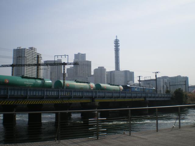 画像: 高島貨物線を走行します。