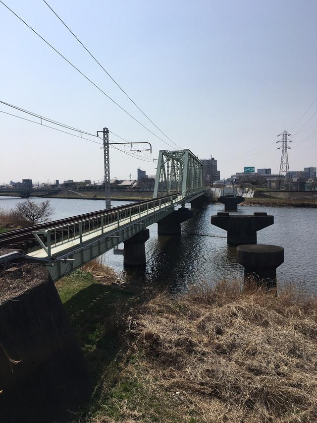 画像: 新金貨物線にて中川放水路を渡ります。