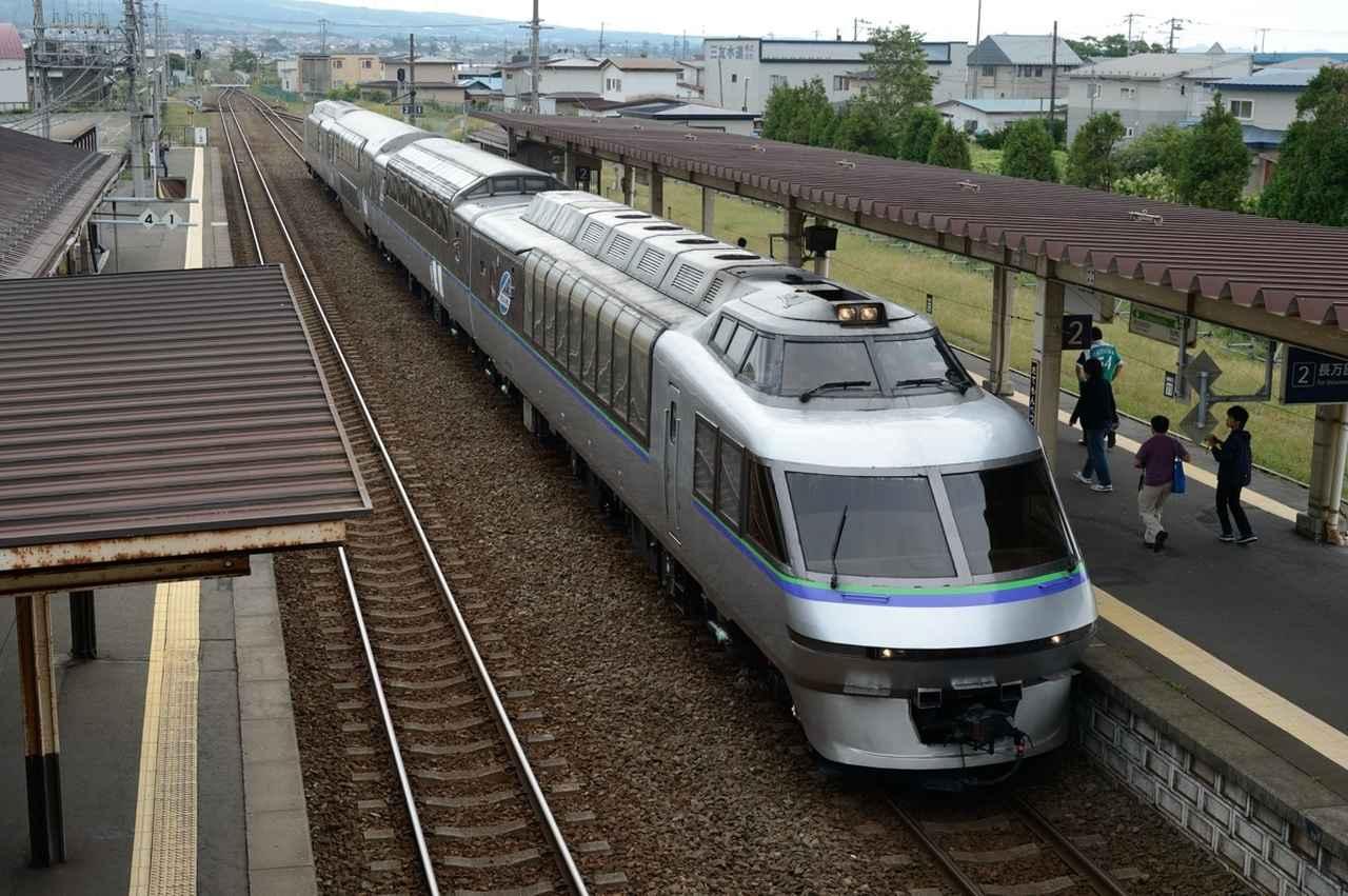 画像: 伊達紋別駅に停車するクリスタルエクスプレス
