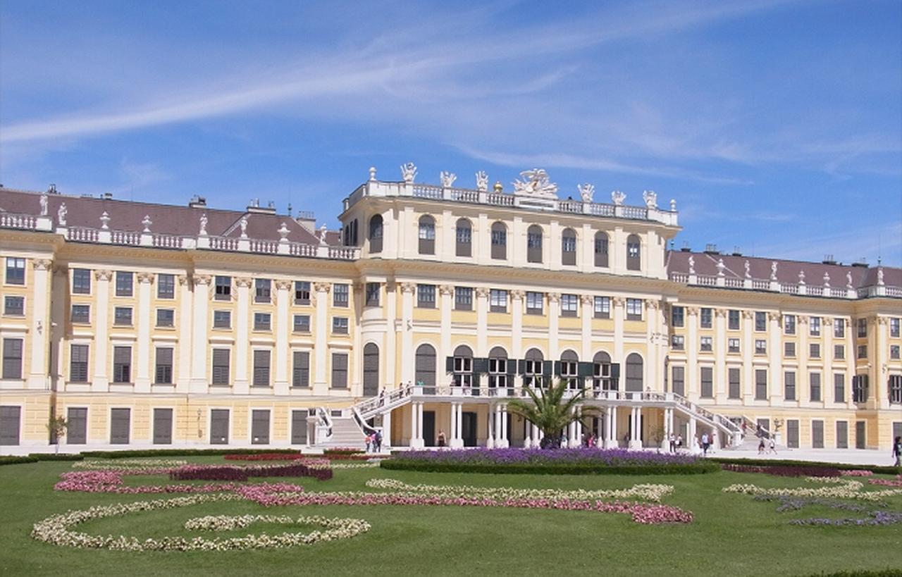 画像: マリア・テレジア・イエローのシェーンブルン宮殿