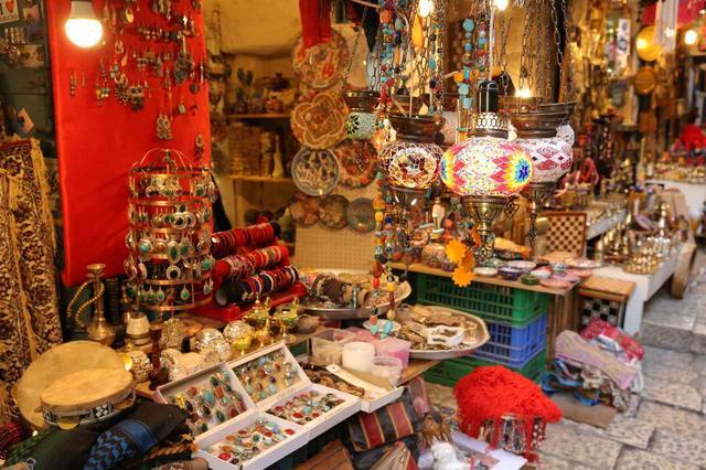 画像: エルサレム旧市街で売られている色とりどりの雑貨やお土産(イメージ)