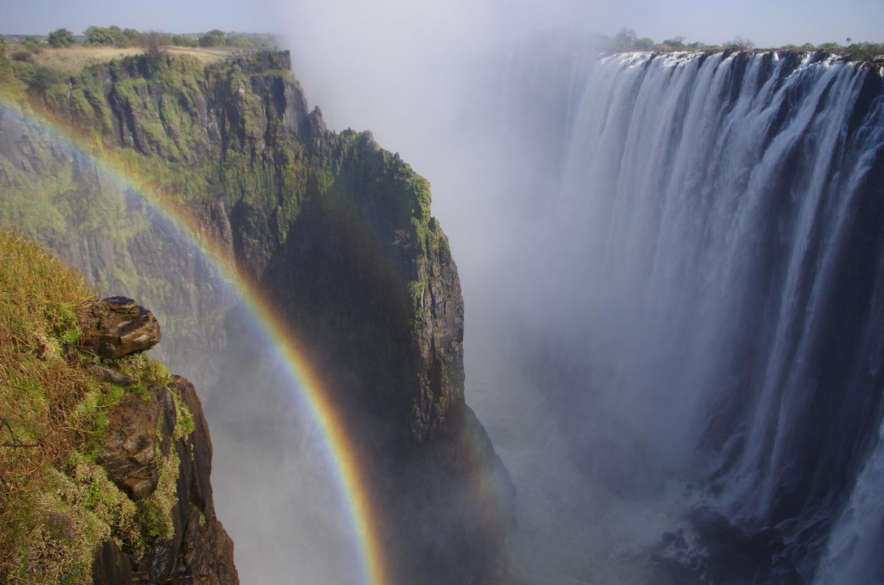 画像: ヴィクトリアの滝に架かる虹