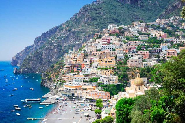 画像: 風光明媚なリゾート地として人気の現在のアマルフィ
