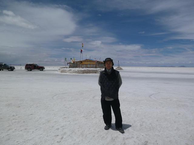 画像: 塩湖の真っただ中に建つ一番古い塩のホテル「プラヤブランカ」前にて 黒田尚嗣