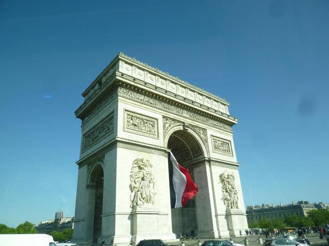 画像: エトワールの凱旋門に翻るフランス国旗