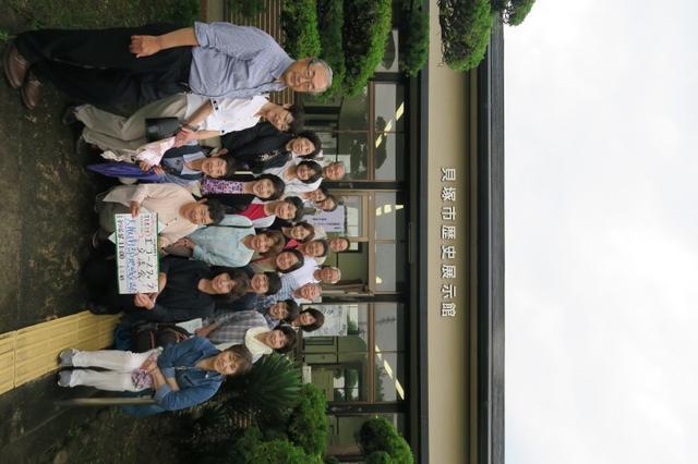 画像: 貝塚市歴史展示館の前で