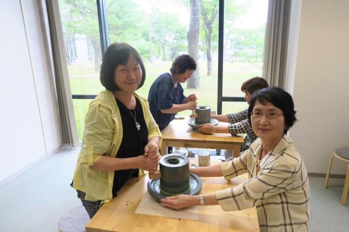 画像: 石臼体験は、皆さん初めての体験でドキドキワクワク。お茶を挽くと美しい緑色の抹茶が現れて歓声が上がっていました。