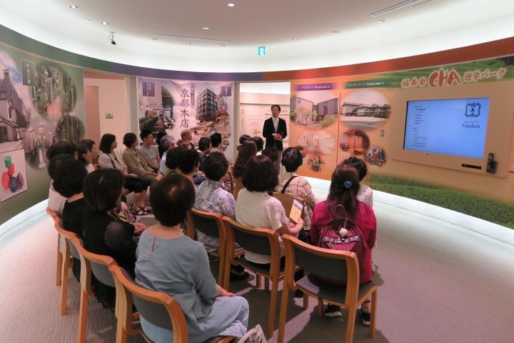 画像: 福寿園の歴史、お茶について映像などを見ながら説明を受けました。
