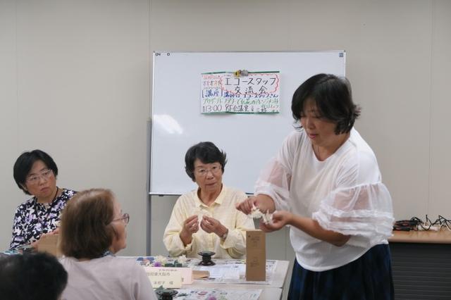 画像: 平田先生に教えてもらいながら、プリザーブドフラワーを丁寧にワイヤーで巻きつけていきます。