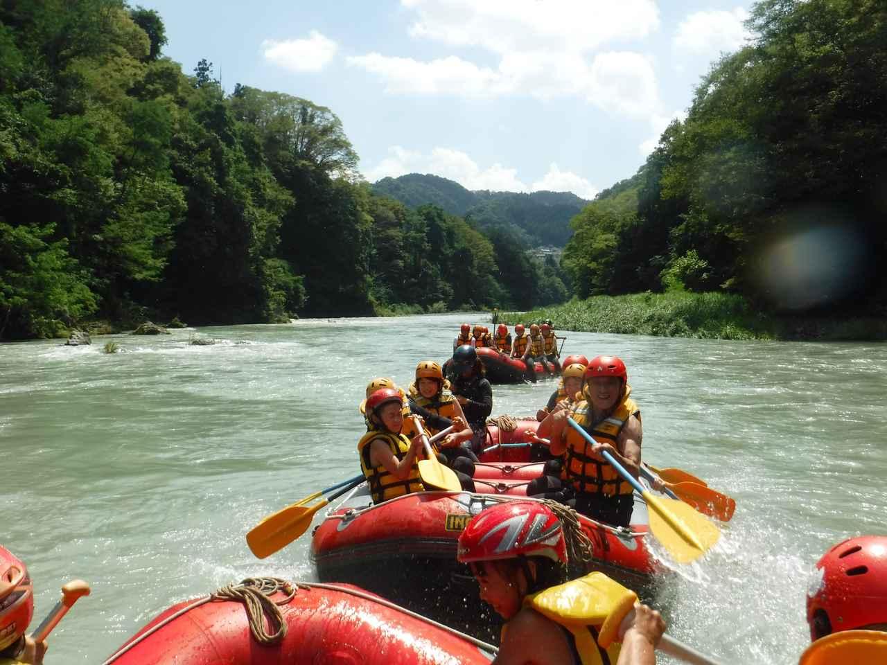 画像: ボート同士が近づくとすぐに水かけ合戦が始まります(笑)