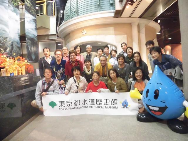 画像: 東京都水道局のマスコット水滴くんと一緒に(11月2日)