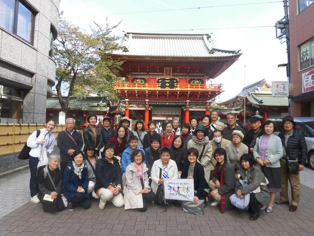 画像: 神田明神前にて随神門をバックに記念写真(10月31日)
