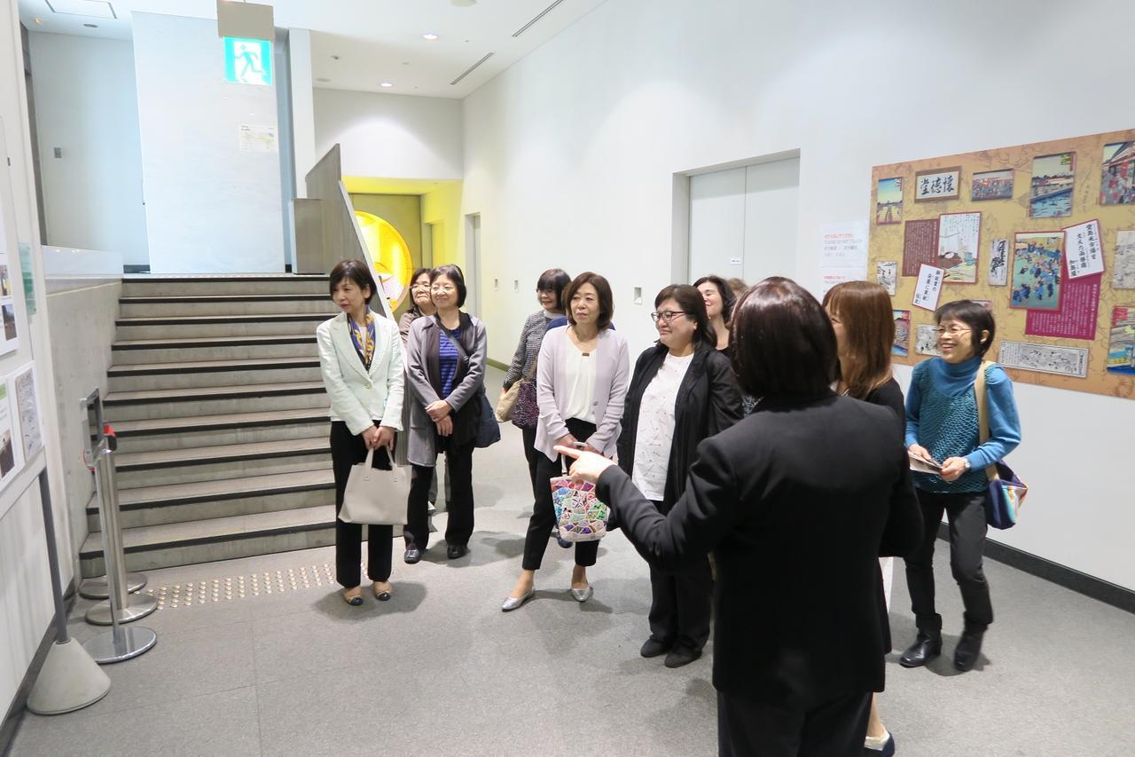 画像: 大阪企業家ミュージアムで説明を聞くエコーさん