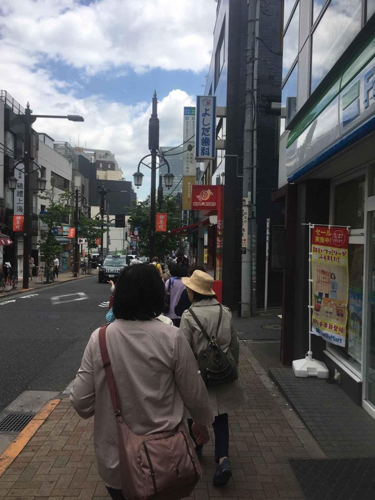 画像: 神楽坂の町並みを楽しむ皆さん