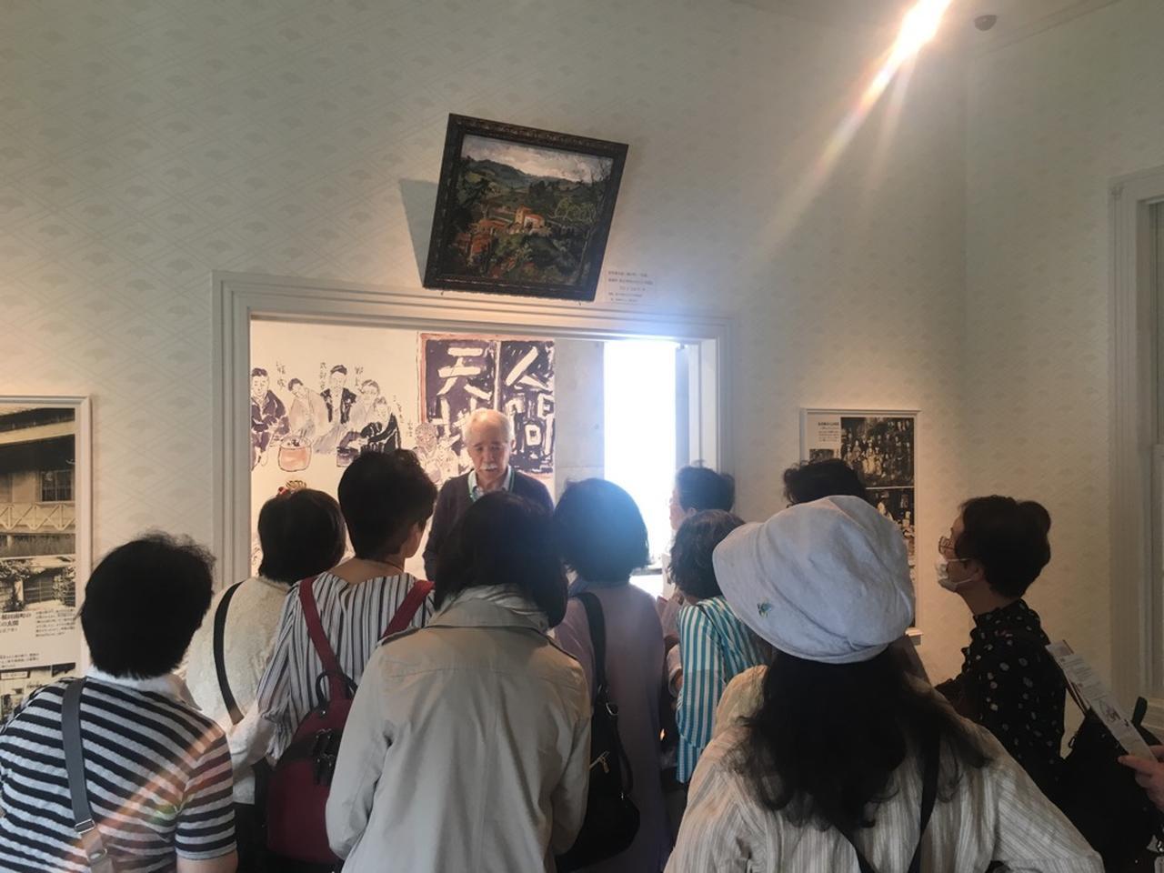 画像: 漱石山房記念館でガイドの説明を聞く皆さん