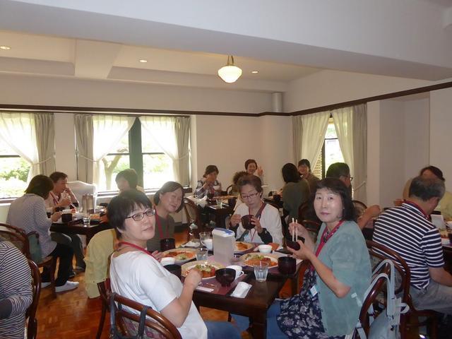 画像: 学生食堂で人気のメニュー「煮込みハンバーグランチ」をお召し上がりいただきました