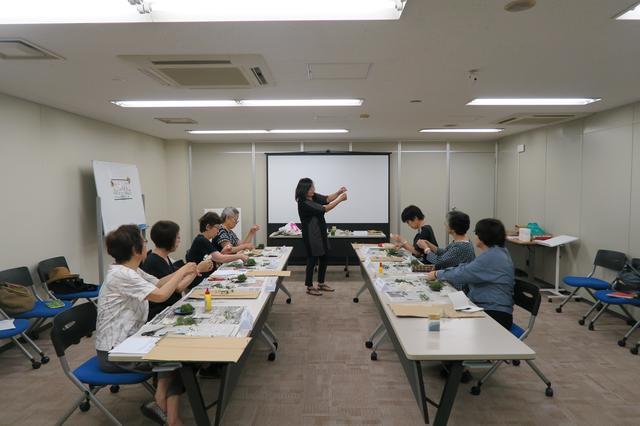 画像: 講師の平田さんに熱心に教わるエコーさん